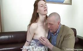 Ce vieux pervers joue au voyeur avant de baiser sa fille