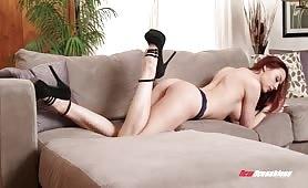 A quatre pattes, une brune à grosse poitrine se fait baiser