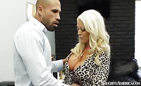 Blonde à grosse poitrine baisée au dîner d'affaires