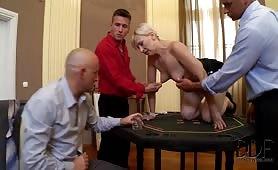 Suceuse et joueuse de poker