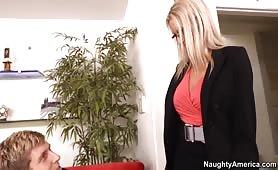 La sexy secrétaire donne son interview