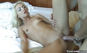 Grosse bite pour une jeune blonde maigrichonne