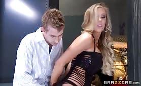 La blonde se met à genoux pour une fellation