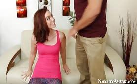 Ce couple dont la pute a de gros seins baise sur le canapé