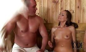 Un menage a trois incendiaire dans le sauna