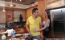 Une milf se fait baiser par son neveu dans la cuisine