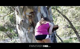 Perdue dans la forêt elle trouve une grosse bite
