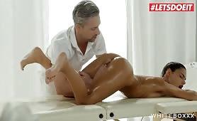 Un massage chaud se termine par du sexe pour une salope