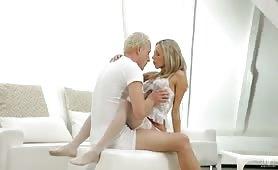 Ce mature adores les jeunes putes blondes à grosse poitrine