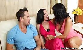 Johnny Castle et deux brunettes