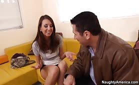 Une prostituée brune à grosse poitrine se fait baiser par derrière