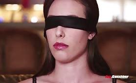 Après une pipe elle se fait bander les yeux avant d'être baisé