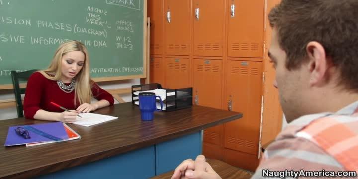Elève qui baise son professeur dans une salle de classe!
