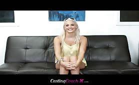 Une blonde à grosse poitrine joue avec une bite