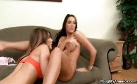 Deux lesbiennes partagent un coq