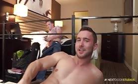 Colt Rivers se branle avec deux autres gays