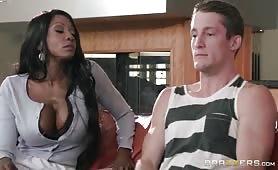 Pute noire déglinguée dans une partie de sexe interracial
